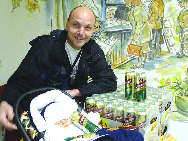 TOMÁŠ ČERNÝ s tatínkem Luďkem. Pivo se vypije při oslavě v sokolovně s kamarády z práce. Vánoce i Silvestr stráví doma společně.