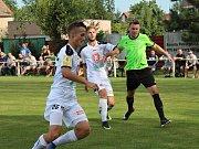 Velvary (v zeleném) prohrály v MOL Cupu s Hradcem Králové 0:1. František Čech odkopává před Červeným