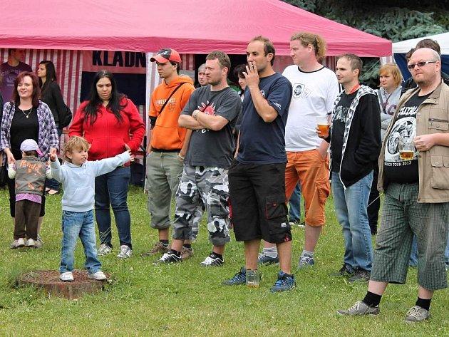 Fanoušci Kladna sledují koncert Anopheles.