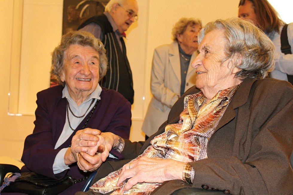 Poslední dvě přeživší lidické ženy, sestry, Miloslava Kalibová a Jaroslava Skleničková.