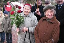 Lidické ženy a děti při odhalení pamětní desky v Kladně