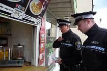 Strážníci kontrolují, zda stánkaři neprodávají tvrdý alkohol.