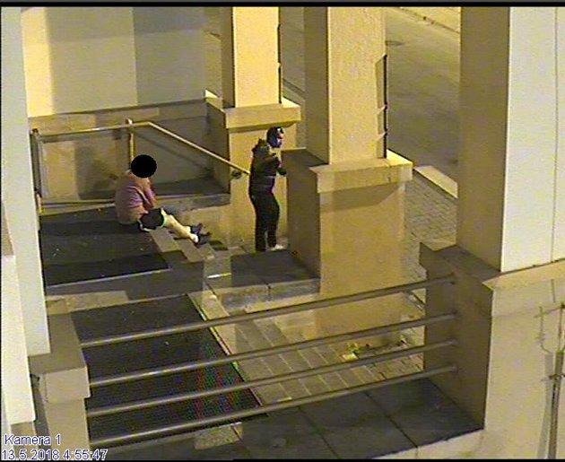 Údajného pachatele zachytil kamerový systém.