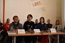 Tisková konference 21. ledna v památníku Lidice, kde ředitelka sdělila důvody svojí rezignace. Pracovníci památníku jí vyjádřili veřejnou podporu stejně jako poslední přeživší lidická žena Jaroslava Skleničková.