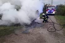 Požár auta u Slaného.