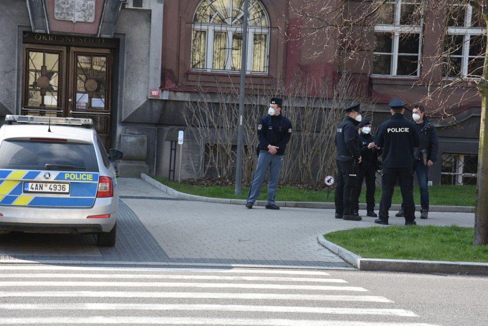 U kladenského soudu je bomba, nahlásil anonym! Policisté prohledávají budovu.