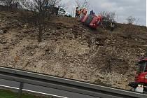 U Slaného sjelo auto ze svahu, zůstalo viset nad dálnicí.