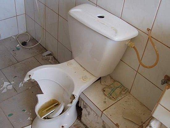 Takto si muž vybil svoji nespokojenost na záchodové míse.