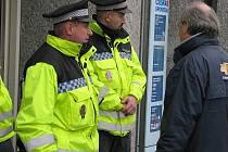 REPUBLIKOVÍ policisté, specialisté ze zásahové jednotky a městští strážníci se v pátek odpoledne podíleli na případu anonymního telefonátu, který oznámil, že je v kladenské spořitelně bomba.
