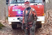 PŘED VSTUPEM do bláta se hasiči převlékli do speciálního oděvu.