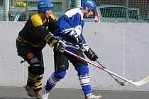 Matouš Vydra z Torpeda (vlevo) rozhodl v nájezdech zápas s Falconem. Tady stíhá Michala Dandu