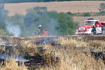 Požár pole u Tuchlovic. Jeho příčinou byla hra dětí s otevřeným ohněm.