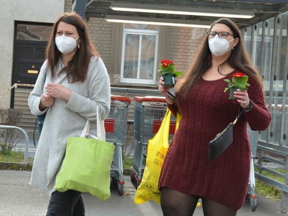 Ukáznění občané jsou také v Kladně v převaze. Ještě i v druhé polovině března jich většina respirátory na ulici nosí.