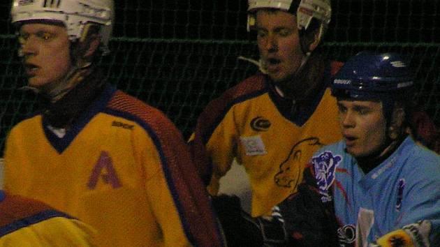 Obránce Náprstek (vlevo) i kapitán Jungle Fever Barták (uprostřed) jsou spokojeni - jejich tým vede v semifinále 2:0.