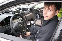 Policista Jiří Šafrata za volantem nového policejního passatu.
