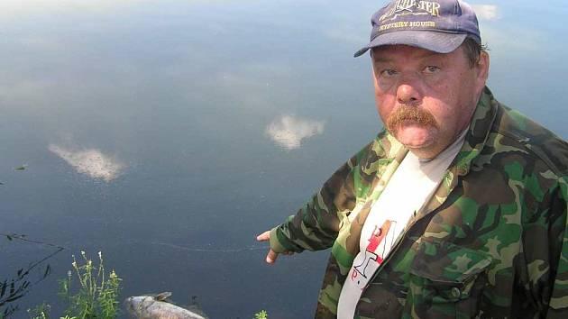 Zápach a mrtvé kusy u břehu rybáře v Buštěhradu v minulých dnech nemile překvapily.