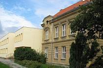 Budova základky ve Školské ulici ve Smečně  byla podrobena rekonstrukci. Inovace budou pokračovat i nadále