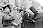 VEDOUCÍ KLADENSKÉ NSDAP Rudolf Steindörfer vítá před kladenským kostelem 21. března 1939 zdviženou pravicí budoucího velitele kladenské posádky plukovníka Horna, který odpovídá vojenským pozdravem. Smutnému aktu přihlíží starosta František Pavel držící v