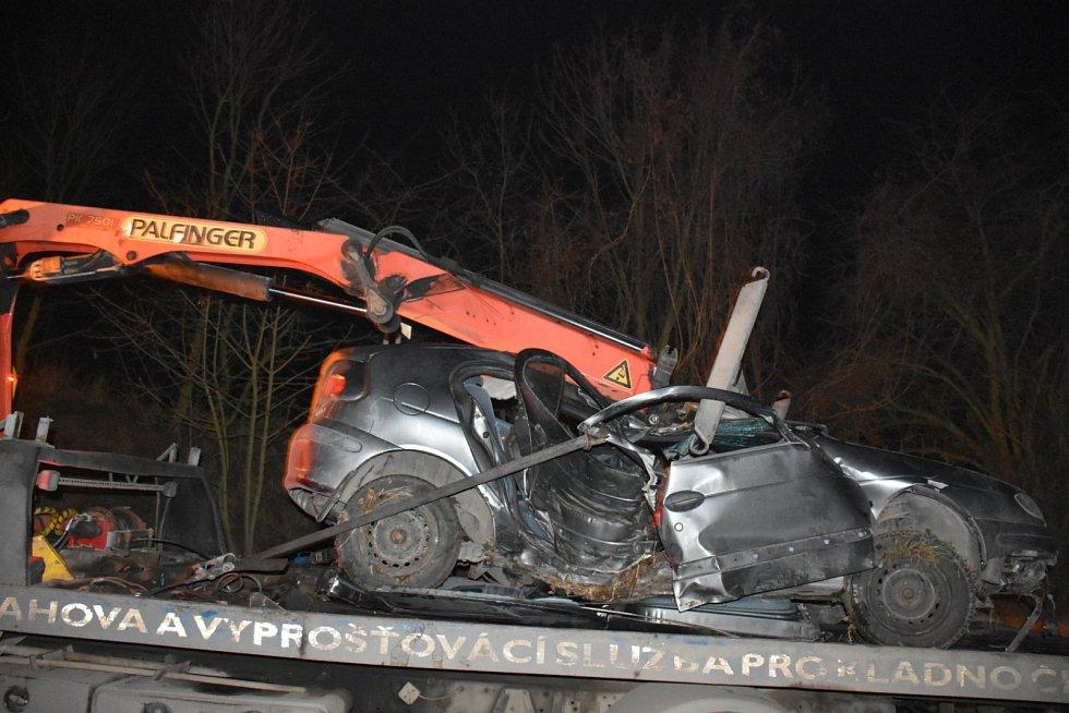 Řidič vyvázl s lehkým zraněním, spolujezdec nehodu nepřežil.