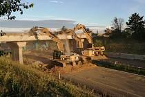 Bourání mostu nad dálnicí D7 v Brandýsku.
