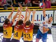 Liberečtí volejbalisté v semifinále nestačili na vítěze základní části Kladno (bílé dresy) a prohráli 2:4 na zápasy.