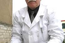 Kladenský veterinář  Karel Klaus konstatoval u pěti nalezených štěňat v koši už jen smrt.