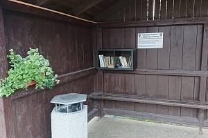 Na autobusové zastávky byly umístěny knihovničky s knihami.