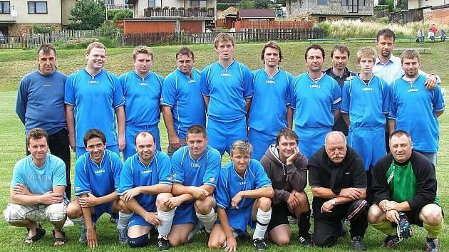 Oslavy v Sýkořicích, místní Sokol dokončil stavbu nových kabin. tady je domácí tým.