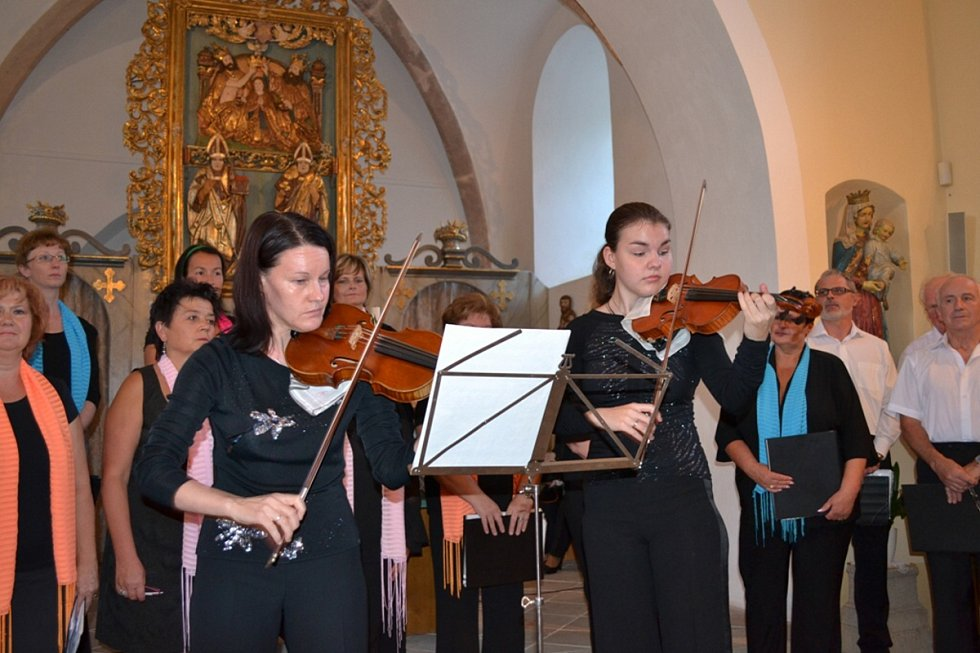 Závěrečný koncert v kostele sv. Havla: Rima Kotmelová a Olinka Šroubková hrály na housle. Komorní smíšený sbor GAUDIUM CANTORUM se sbormistryní a sopránistkou Štěpánkou Heřmánkovou.