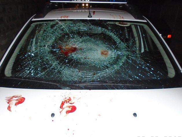 Služební auto kladenských strážníků po útoku muže, který tvrdil, že je vlkodlak