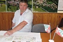 Žižický starosta Vratislav Rubeš představuje kudy cyklotrasa povede