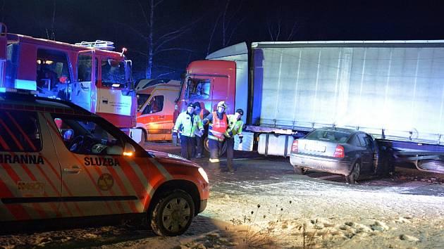 Nehoda náklaďáku a superbu u Slaného