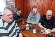 Štamgasti v Restauraci U Zlatého kapra ve Slaném, které se jinak neřekne než U Rybiček, zatím dobrou náladu neztrácejí.