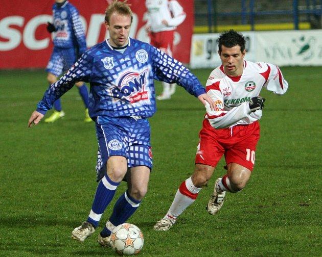 Ondřej Szabo (vlevo v souboji se zlínským Vyskočilem) se na podzim stal velkou oporou SK Kladno. Do zápasu na Žižkově povede tým dokonce možná i jako kapitán, pokud se Killar nestihne uzdravit.