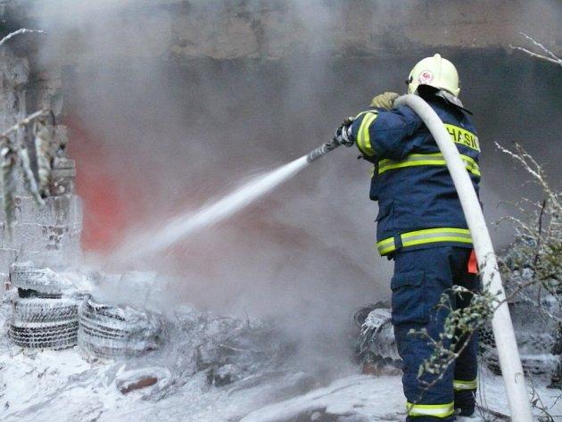 Hasiči likvidovali požár starých pneumatik, který vypukl v Rozdělově.