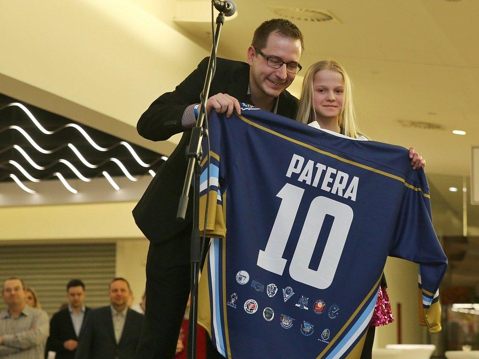 Pracovně vytížený Pavel Patera se nechal na uvedení do síně slávy zastoupit dcerou Natálií, dres jí předal Vít Heral // Síň slávy Kladenského hokeje byla slavnostně otevřena v NC Oáza Kladno