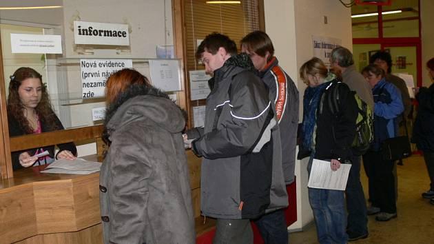 Fronty na úřadu práce nyní nejsou neobvyklým jevem a není vyloučeno, že se budou stále prodlužovat. Na Kladensku by mohla nezaměstnanost postihnout až 7000 lidí.