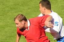 Tuchlovický bek Vondra (vlevo) měl prsty v prvním gólu Řevnice.