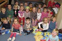 Studentky Střední zdravotnické školy v Kladně si nacvičily vystoupení pro nejmenší děti ze školky Slunečnice.