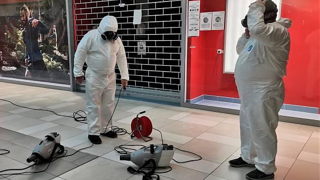 Dezinfekce prostor obchodního centra Central Kladno před otevřením.