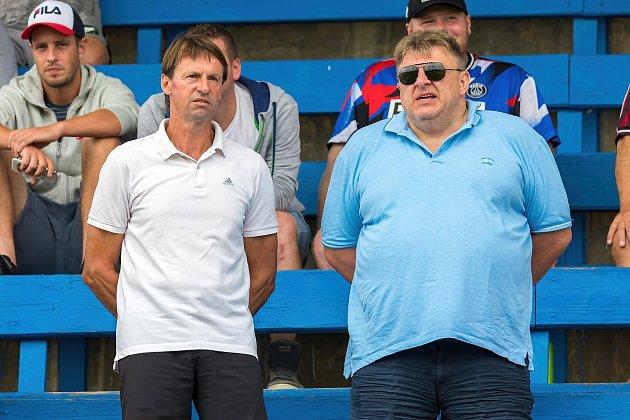 MOL Cup: Slaný (vmodrém) - Hostouň 1:2 po prodloužení. Hostující majitel klubu Jiří Hondl sledoval zápas sFrantiškem Strakou