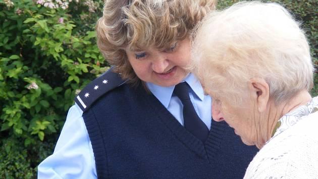 PRACOVNICE KLADENSKÉ POLICIE vyrážejí čas od času  s preventivními informacemi a letáky mezi seniory do ulic a jejich bydlišť.