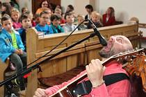 Pavel Helan při interpretaci písně Zubařka.