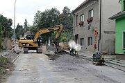 Pokládka nové kanalizace ve Pcherách pokračuje. Obec bude průjezdná v září.