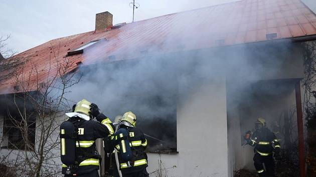Požár vybydleného rodinného domu Velké Přítočno 29. listopadu 2019.