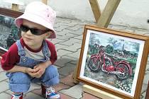 Díla vystavená na Kladenských dvorcích si nacházejí své obdivovatele mezi dospělými, ale také mezi nejmenšími návštěvníky akce.