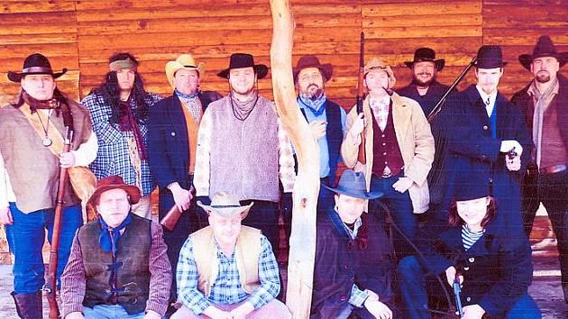 Společný snímek aktérů u srubu v Jankově rokli po natáčení filmu.