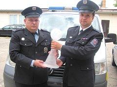JIŘÍ POCH ( VLEVO) A LUDĚK WIRTH s pohárem který získali v prestižní anketě Policista roku 2015.