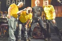 ALL RIGHT BAND. Zleva: Jan Danda – klávesové nástroje, zpěv, Pavel Mencl – kapelník, baskytara, zpěv, Rudolf Herceg – bicí nástroje, Petr Chaloupka – elektrická kytara, zpěv.