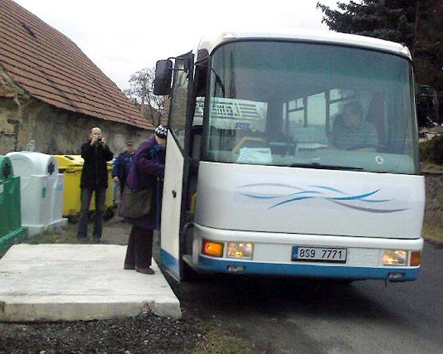 Doprava do Trněného Újezdu je zajištěna mikrobusem pro dvacet cestujících.